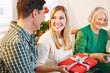 Mann gibt Frau Geschenk an Weihnachten