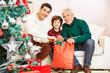 Vater, Sohn und Großvater zu Weihnachten