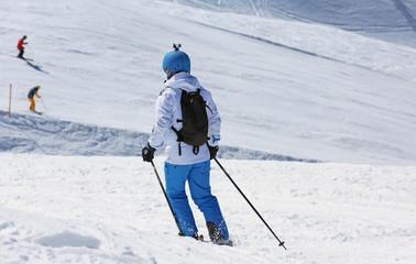Skifahrerin mit Helmkamera