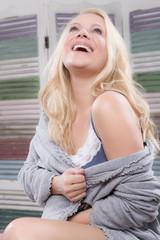 Hübsche Frau lachend