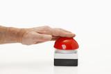 Roter Buzzer mit Hand