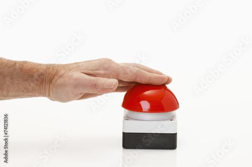Roter Buzzer mit Hand - 74121836