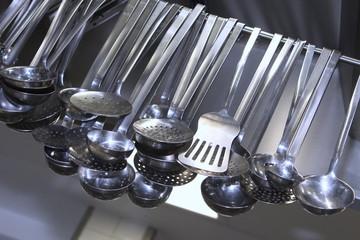 Kochutensilien in einer Restaurantküche