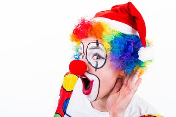 clown hält die hand an das ohr