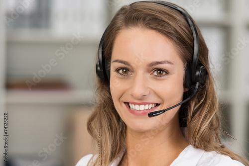 Leinwanddruck Bild freundliche kundenberaterin telefoniert mit headset