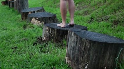 jump barefoot, saltare a piedi nudi