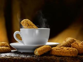 latte caldo fumante e biscotti