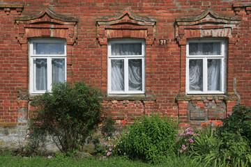 Fensterfront von altem Ziegelhaus