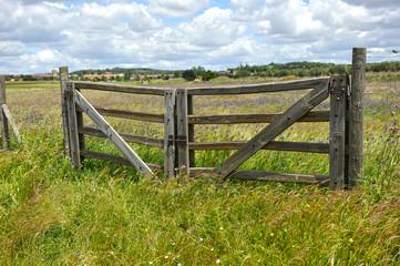 Portón de madera en el campo, propiedad privada
