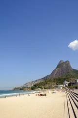Praia do Leblon com favela do Vidigal e morro Dois Irmãos