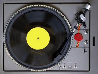 Top view of a turntable with level bubble and a 33 RPM vinyl