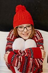 Девочка в красном свитере