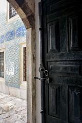 Porta de madeira no interior do palácio Topkapi em Istambul