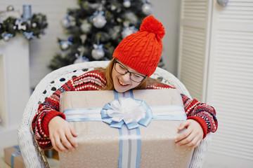 Радостная девочка с подарком