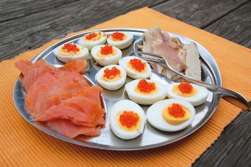 Teller mit halben Eiern ,Kaviar und Fisch