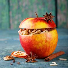 Gefüllter Apfel mit Nüssen und Gewürzen