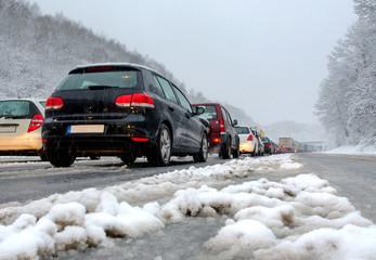 Stau auf Autobahn Wintereinbruch Schnee Schneematsch