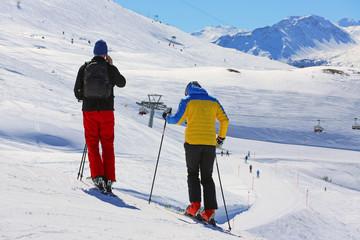Skifahrer mit Handy