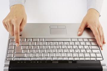 am Laptop, Enter drücken, Aufsicht