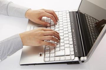 am Laptop, tippen, Seitenansicht 2