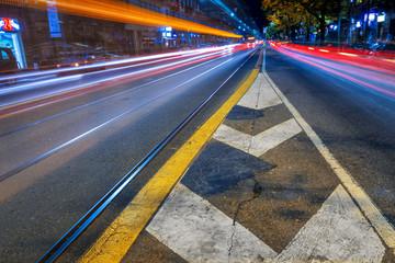 Scie luminose e colorate sulla strada di notte