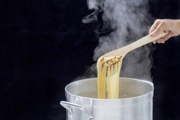 寸胴鍋で調理されるパスタ