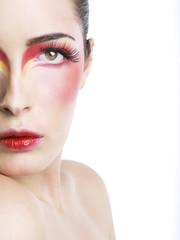 Volto a metà e make-up rosso sfumato