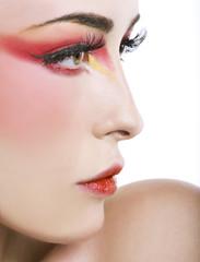 Profilo di donna con make-up rosso