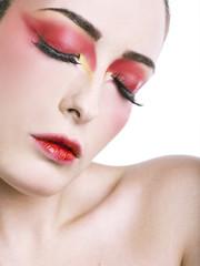 Occhi chiusi con make-up rosso