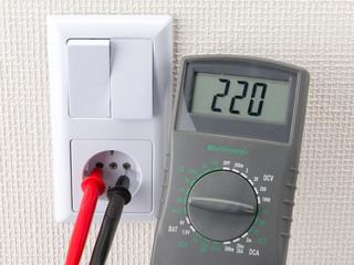Steckdose und Voltmessgerät