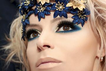 Синий макияж.
