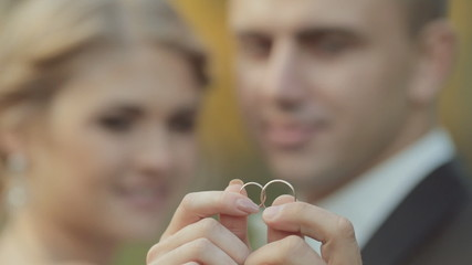 Amazing newlyweds show their wedding gold rings