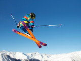 Junger Skifahrer springt - 74191488