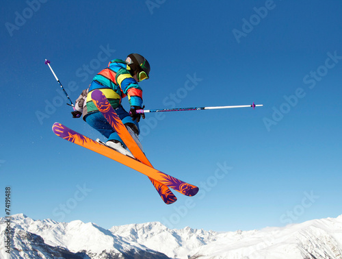 Leinwandbild Motiv Junger Skifahrer springt