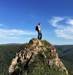 Молодая спортивная девушка на прогулке в горах