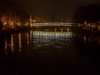 Beleuchtete Holzbrücke in Wolfratshausen bei Nacht