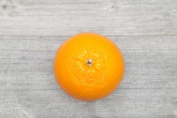 orange auf grauem holz