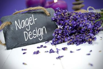 Lavendel mit Kreidetafel und Nageldesign