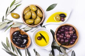 olio di oliva e olive assortite