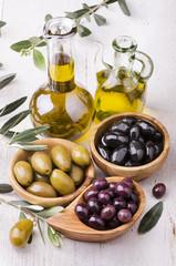 olio di oliva con olive assortite