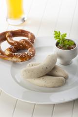 Bayerische Weißwürste mit Bier