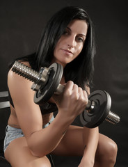 Femme belle athlète exerçant dans le club de fitness