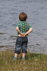 Junge am Wasser