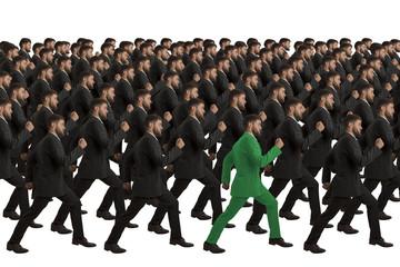 Marschierende Klone mit grünem Individuum