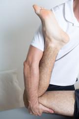 Orthopäde behandelt Bein