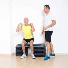 Personaltrainer erklaert Fitnessuebung