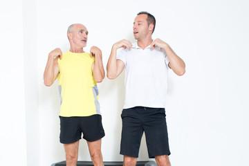 Trainer hilft Rentner beim Training