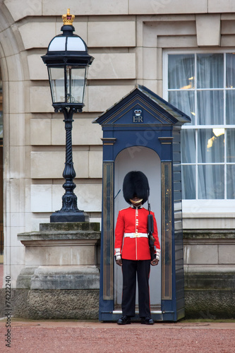 Leinwanddruck Bild British Royal guards guard the entrance to Buckingham Palace
