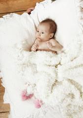 Baby mit weißer Decke
