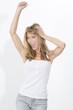 Junge blonde Frau vor weissem Hintergrund, hingerissen